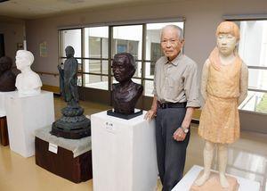 若いころから作りためた彫刻22点を展示している田中孝さん=上峰町の特別養護老人ホーム「野菊の里」