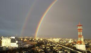二重に弧を描く虹=28日午前8時前、佐賀市