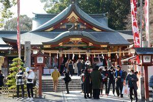 マスクを着けて初詣に訪れた参拝客=鹿島市の祐徳稲荷神社、1日午前10時55分ごろ