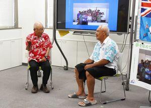 フィジーについて紹介する堤孝幸さん(左)とチョネ・ヌテさん=佐賀市白山の佐賀県国際交流プラザ