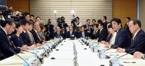 首相官邸で開かれた規制改革推進会議。右から2人目は安倍首相=7日午後