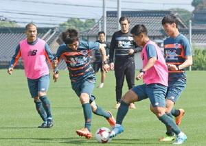 清水戦に向けたミニゲームで、競り合うMF福田(右から2番目)=11日、鳥栖市北部グラウンド
