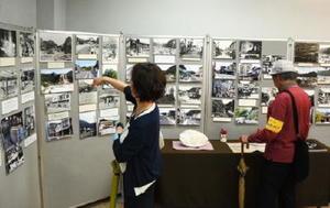 大正時代から昭和40年代の有田の風景と、現在の写真が並ぶ「有田歴史写真展」=有田町の伝統文化の交流プラザ「有田館」