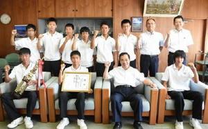 九州中学体育大会の硬式テニス男子団体を制し、全国中学生テニス選手権に出場を決めた国見中の選手ら=伊万里市役所