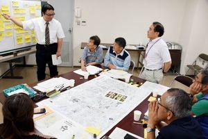遺跡の活用について意見交換するワークショップ参加者=14日夜、鳥栖市役所