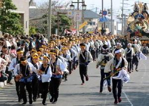 3番曳山「亀と浦島太郎」(材木町)の先綱を曳く小学生や中学生=昨年の唐津くんち