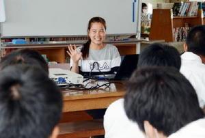 佐賀農業高2年の生徒に母国の文化を紹介する佐賀大のベトナム人留学生ドウン・ティ・ゴック・ビックさん=白石町の佐賀農業高