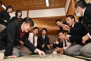 決勝戦で熱戦を繰り広げる生徒たち=佐賀市の佐賀城本丸歴史館
