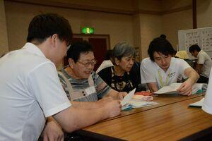 利用者が書いてきた日記を一緒に確認する学生=吉野ヶ里町の三田川健康福祉センター「ふれあい館」