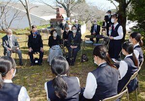 追悼する会では懇談があり、生徒たちは空襲を経験した当事者らの声に耳を傾けた=鹿島市の旭ケ岡公園