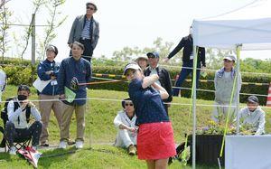 ティーショットを放つステップアップツアー通算4勝の青山加織=武雄市の武雄ゴルフ倶楽部