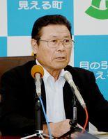 記者会見で4選不出馬を表明し、「町民や職員に感謝したい」と話した岩島正昭町長=太良町役場
