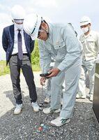 最新技術を使った測量機器を体験する高志館高生=佐賀市巨勢町