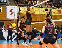久光-JT 第2セット、ポイントを決められる久光の選手たち=佐賀市のSAGAサンライズパーク総合体育館