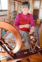 綿花の綿から糸を紡ぐ村上ふみ子さん=佐賀市川副町の工房「有明木綿」