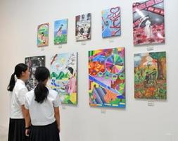 中学校美術部合同展覧会では色彩豊かな作品が並ぶ=佐賀県立美術館
