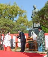「江藤新平銅像祭り」で玉串を奉てんする市の関係者=佐賀市の神野公園
