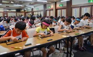 読み上げ算競技に取り組む出場者たち=佐賀市大和町のホテル龍登園