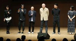熊本県益城町で開かれた上映会で笑顔の(左から)森高千里さん、行定勲監督ら。右から2人目は高良健吾さん=7日午後