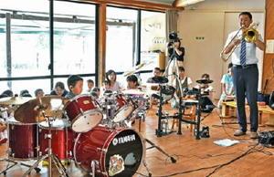 大人顔負けの技術でドラムをたたく虎太郎君(左手前)と父親の竜太郎さん(右)=佐賀市の錦華幼稚園