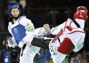 テコンドー女子の濱田真由選手(左)は3大会連続の五輪出場を目指している