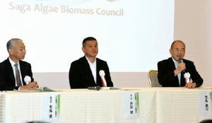 記念式典で会見する井田建協議会会長(中央)ら=佐賀市のグランデはがくれ