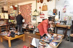 パッチワーク教室の生徒が作ったバッグなどの小物が販売されている=伊万里市伊万里町の伊豫屋