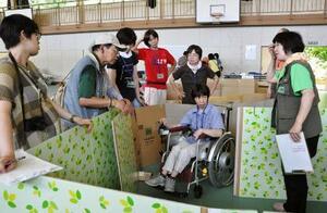中学校の体育館を避難所に見立て、障害がある住民らが参加して行われた訓練=2014年7月、福島県いわき市