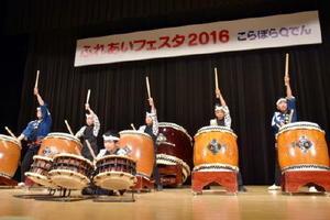 「ふれあいフェスタ」で太鼓演奏などを披露する子どもたち=佐賀市のアバンセ