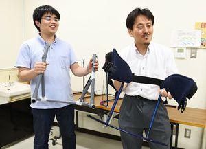 器具「フワット」を開発した佐賀大学の中山功一准教授(右)と山城佑太さん。左は塩ビ管で作った試作機=佐賀大学本庄キャンパス