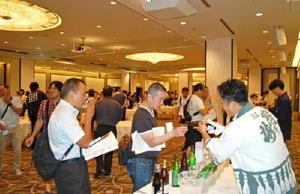 佐賀の酒をを吟味する飲食店関係者ら=大阪市内