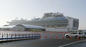 横浜港に停泊中のクルーズ船「ダイヤモンド・プリンセス」=22日朝