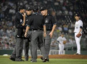 10回ソフトバンク2死一塁、中村晃の右翼ポール際への打球の判定を巡り集まる審判団。この後リクエストで2ランの判定となったが、試合後に誤審を認めた=ほっともっと神戸