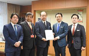 政策提案書を御法川国交副大臣(右から3人目)に手渡した山口知事(同2人目)=東京・霞が関の国交省