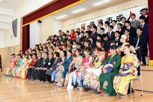 呼子・鎮西地区の合同の成人式で記念写真に納まる新成人たち=唐津市の呼子公民館