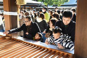 今年一年の福を願い、初詣に訪れた参拝客=1日午前、佐賀市の佐嘉神社