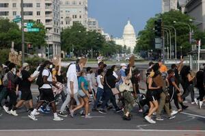 29日、米ワシントンのホワイトハウス近くで、黒人男性が白人警官に暴行され死亡した事件を巡り、抗議デモをする人々(ロイター=共同)