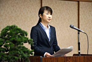 県警幹部らを前に、年頭訓示をする杉内由美子本部長=県警本部