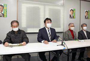 三養基郡上峰町長選への出馬を会見で正式に表明した三好浩之氏(左から2人目)=上峰町坊所
