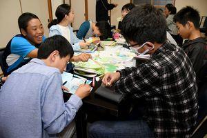研修中の勉強会では、北方領土の地図に学んだことを書き加えた=標津町