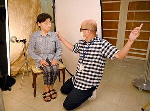 木下智博さん(右)から姿勢や目線のアドバイスを受ける女性=佐賀玉屋