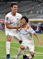 鳥栖-FC東京 前半43分、勝ち越しゴールを決めて喜ぶ鳥栖DF森下龍矢(右)=東京都の味の素スタジアム