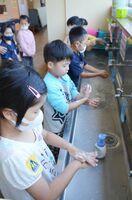 給食前に入念に手洗いする1年生=唐津市の長松小