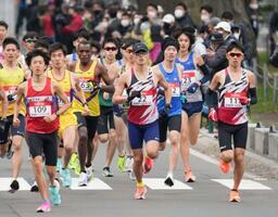 東京五輪のテスト大会となる「札幌チャレンジハーフマラソン」の男子で、スタートする服部勇馬(22)ら=札幌市
