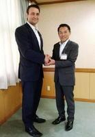 峰達郎唐津市長を表敬訪問した鳴戸親方(左)=唐津市役所