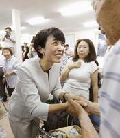 秋田選挙区で当選を決め、支持者らと握手する寺田静氏=21日、秋田市