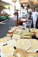 ざるやセイロ、手提げバッグなど多種多彩な竹製品が並んだソウケ市=大町町大町