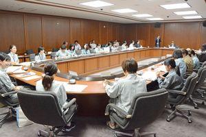 建設会社の女性技術者などが働きやすい職場環境について意見を交わした=佐賀市の県庁