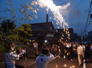 「十八夜」の幕開けは浮立の道行き。江戸時代の宿場町の風情が残る大木宿の街道沿いを1時間ほど練り歩く