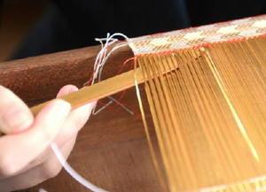 細かく根気の要る織り作業=牛津高